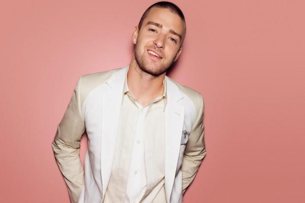 Justin Timberlake vestido de blanco