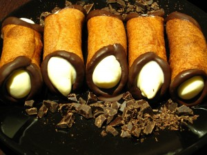 Cannoli con bordes de chocolate