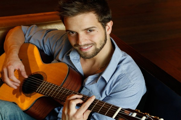 Pablo Alborán tocando la guitarra