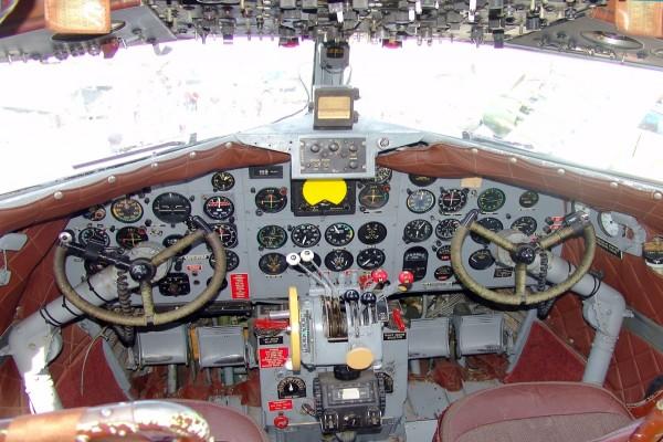 Cabina de un Douglas DC-3 con los instrumentos de vuelo