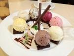 Postre con siete sabores diferentes de helado