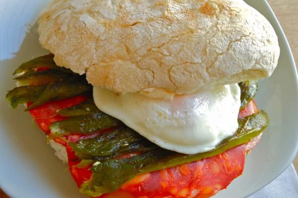 Bocadillo de huevo, pimientos verdes y chorizo