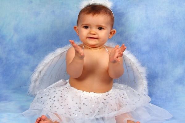 Bebé vestida de angelito
