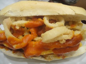 Bocadillo de calamares fritos con salsa brava