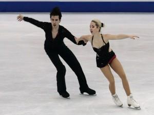 Shtina Martini y Kiefer Seferin patinando sobre hielo