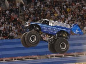 Postal: Un camión monstruo saltando en un espectáculo del Monster Jam en Las Vegas