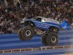Un camión monstruo saltando en un espectáculo del Monster Jam en Las Vegas