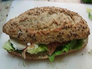 Postal: Pan multicereales con queso de cabra, lechuga y salmón