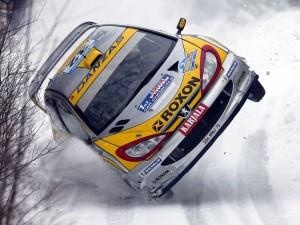 Postal: Juuso Pykälistö (Finlandia) en su Peugeot 206 WRC durante el Rally de Suecia