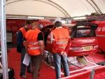 Comisarios durante una verificación técnica en un rallye