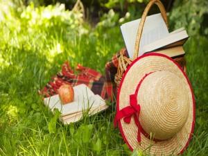 Postal: Tarde de lectura en el campo