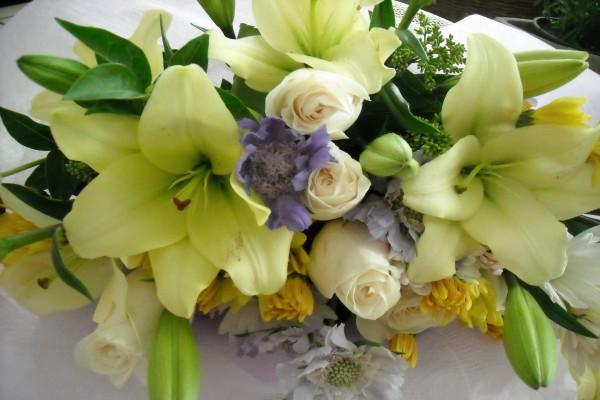 Centro floral con rosas, lilium y margaritas