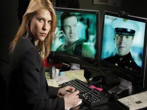 Carrie investigando al Sargento Brody