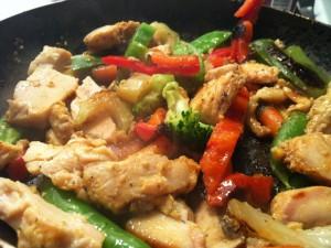 Salteado de pollo con brócoli y otras verduras