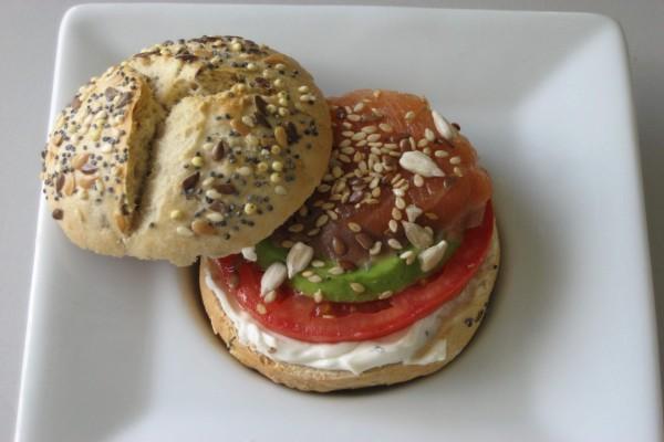 Pan de semillas relleno de salmón, aguacate, tomate y queso crema