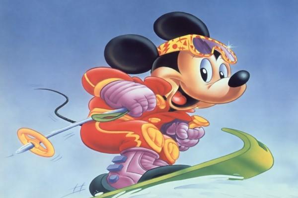 Mickey haciendo snowboard