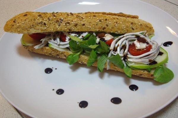 Bocadillo vegetal con gulas