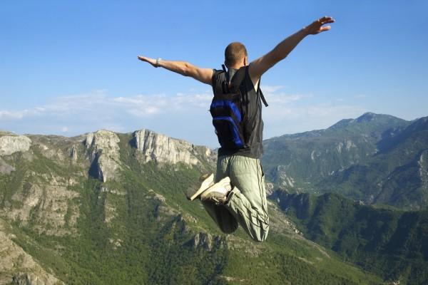 Salto con los brazos en cruz
