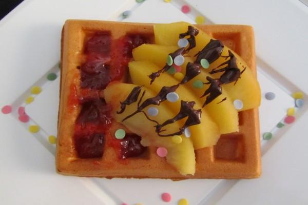 Wafle con fruta y mermelada