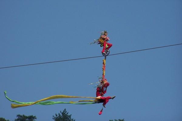 Acróbatas circenses en el alambre