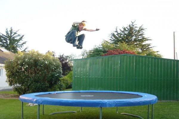 Joven saltando en una cama elástica