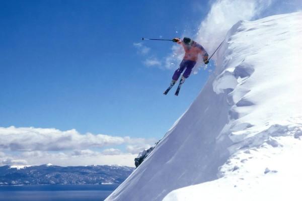 Salto de esquí en nieve virgen