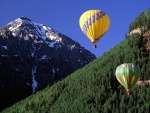 Viaje en globo cerca de las montañas