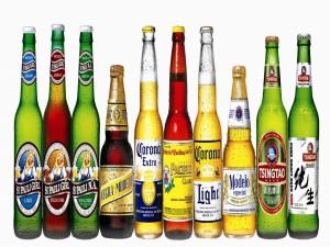 Botellas de cerveza de diferentes marcas