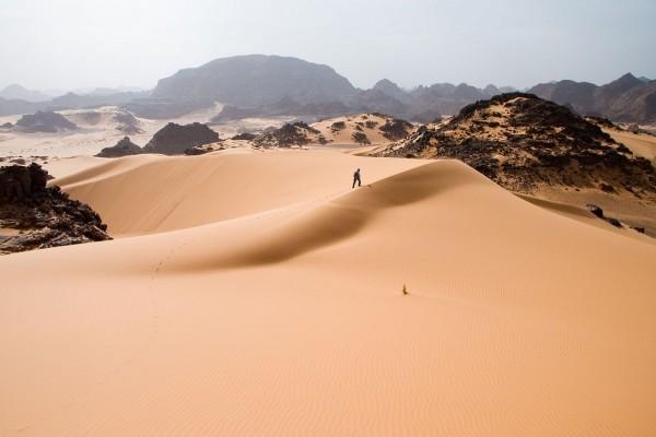 Caminando por las dunas de arena del oeste de Libia