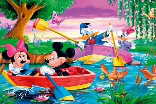 Mickey y sus amigos paseando en barca