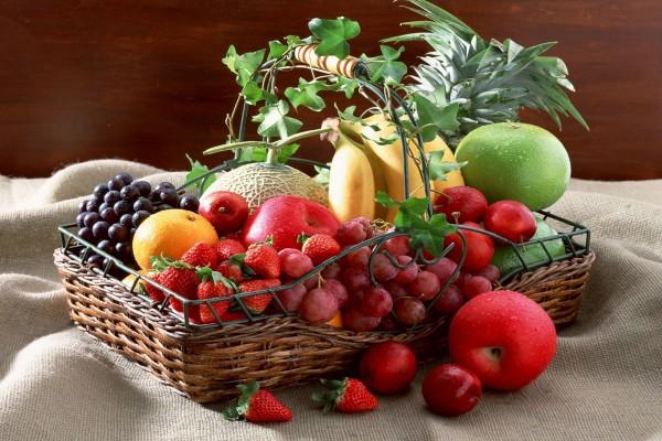 Cesta con varias frutas