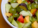 Cuenco con uvas y otras frutas