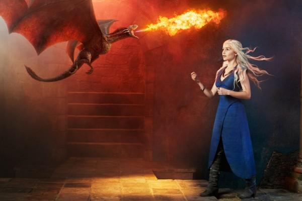 Daenerys Targaryen con un pequeño dragón