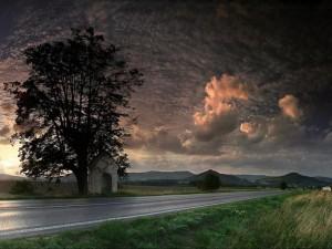 Carretera cruzando el campo