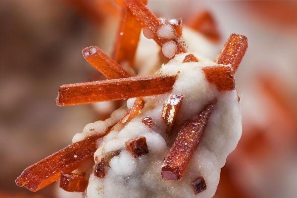 Dundasita (blanca) y Crocoíta (rojo anaranjado)