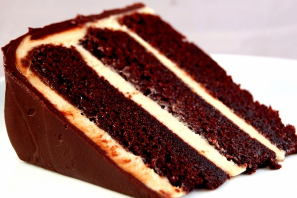 Capas de un trozo de pastel de chocolate