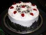 Tarta de nata con guindas