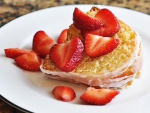 Trozo de cake con fresas