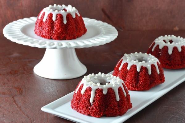 Pequeños bundt cakes de terciopelo rojo (red velvet)