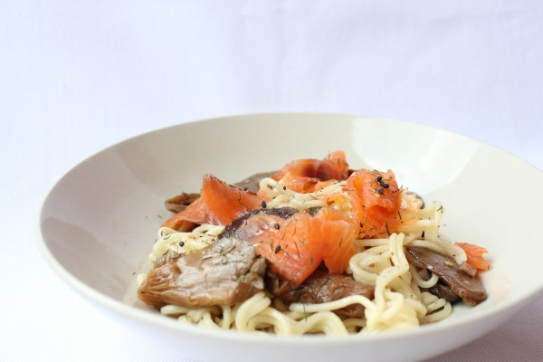 Espaguetis con salmón y setas