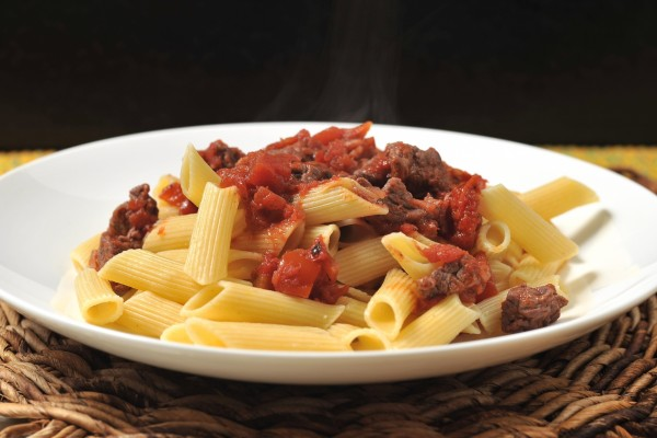 Penne rigate con carne y tomate