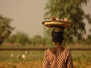Vendedora de cacahuetes en Uagadugú, Burkina Faso