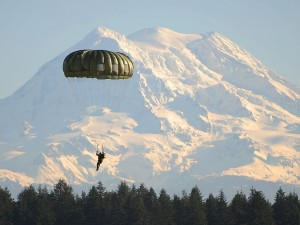 Postal: Soldado canadiense descendiendo frente al Monte Rainier, Washington