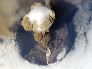 Postal: Erupción del volcán Sarychev, isla Matua (Kuriles)