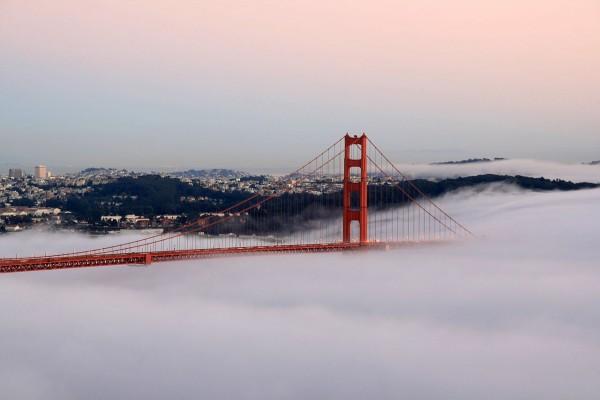 Puente Golden Gate (San Francisco) cubierto por la niebla