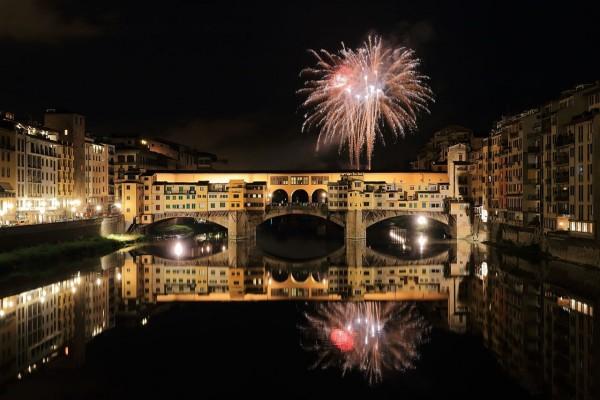 Fuegos artificiales sobre el Ponte Vecchio (Florencia)
