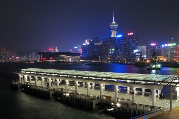 Vista nocturna del puerto de Hong Kong