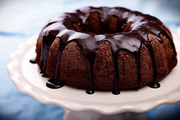Bundt cake con cobertura de chocolate líquido