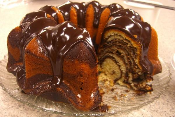 Bundt cake cebra, con cobertura de chocolate