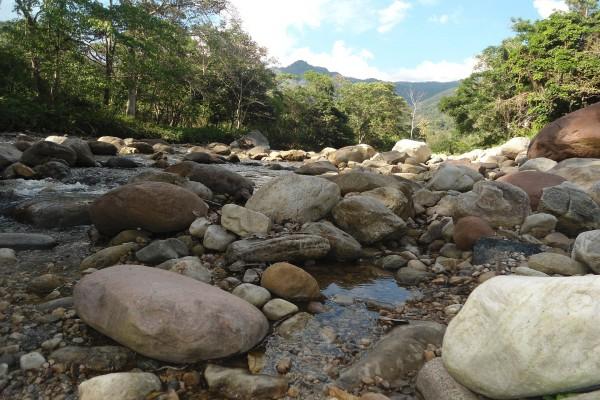 Piedras en las orillas del río Cumbaza, Tarapoto, Perú